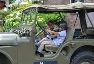 leger-jeep-auto-met-kinderen
